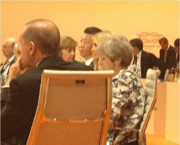 伊凡卡就坐在習近平旁邊。(翻攝自Brian Klaas推特)