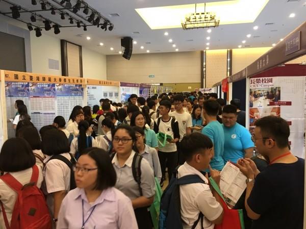 台南地區10所大學參加馬來西亞當地舉辦的「2017台灣高等教育展」,聯合成立「台南市系統」專區,展場吸引人潮。(台南市政府提供)