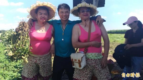 虎尾農會工作人員男扮女裝扮成「土豆阿嬤」成全場焦點。(記者廖淑玲攝)