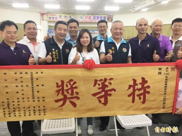 連續多年拿下特等獎的茶農鄧國權,再度衛冕「茶王」,女兒鄧羽妡(中)代表到場領獎。(記者彭健禮攝)