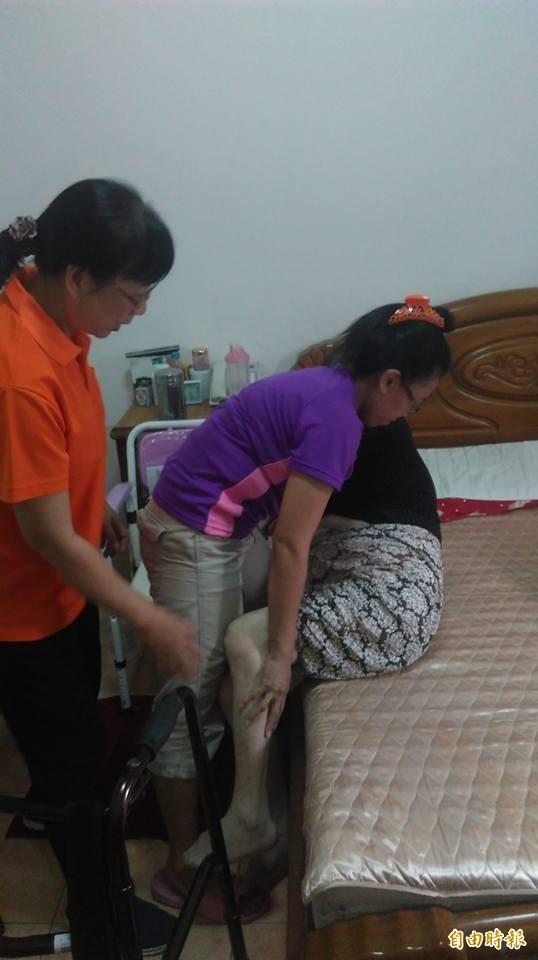 勞工局安排專業醫護人員傳授外籍看護員看護技巧,以提高看護能力(記者蘇金鳳攝)