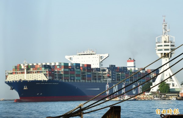 高雄港吞吐巨型貨櫃輪情形。(資料照,記者張忠義攝)