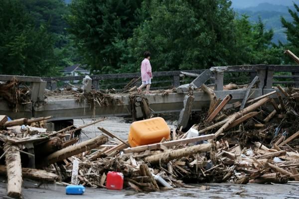 九州福岡線、大分線滿目瘡痍,死亡人數已增至25死。(法新社)