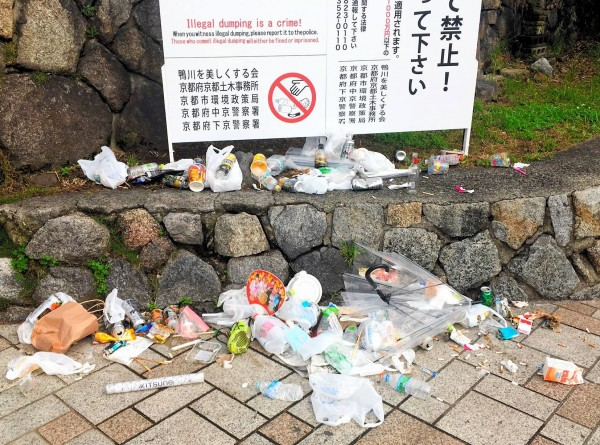 京都鴨川三条大橋附近,因為垃圾亂丟問題多,因而設置了「禁止亂丟」告示牌,但仍無法制止亂丟垃圾的現象。(圖擷自朝日新聞)