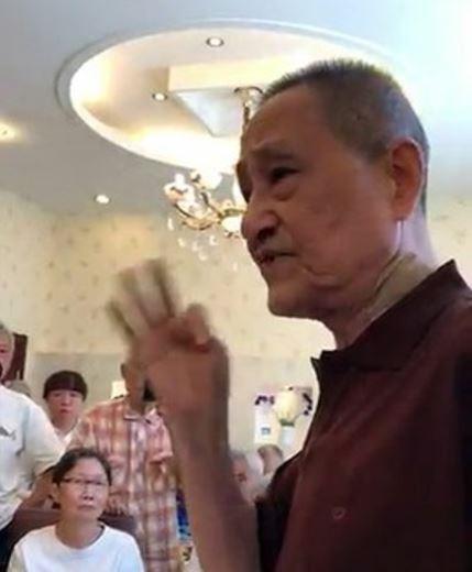 不顧禁言令,鮑彤痛批當局是在「蓄意謀殺劉曉波」。(擷取自YouTube)