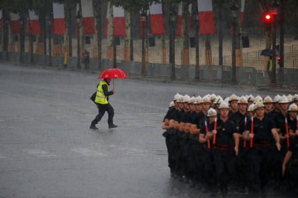 法國巴黎9日遭逢暴雨,因為淹水一度關閉20個地鐵站。(路透)