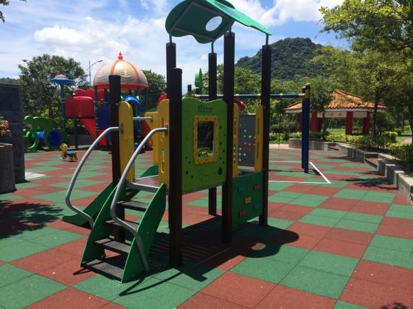 湖山6號公園兒童遊樂場近期完成更新,新增了一座幼幼版溜滑梯。(圖由台北市公園處提供)