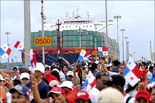 巴拿馬與中國建交,並與台灣斷交,主因指向「中國利誘」;中國近3年在巴拿馬搶標港口、地鐵等工程,規模逾7000億元。圖為去年6月巴拿馬運河拓寬啟用,由中國籍貨輪首艘通行。(路透資料照)