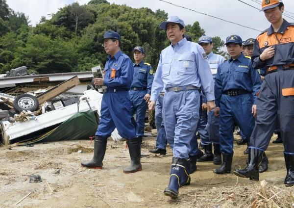 日本首相安倍晉三今日首赴災區視察。(美聯社)