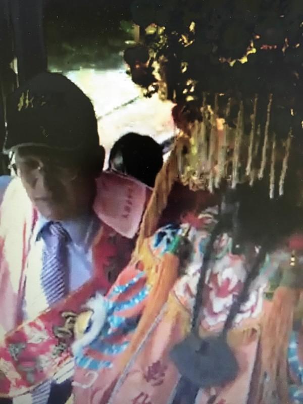 彰化市南瑤宮媽祖神尊搭台鐵電聯車,市長邱建富在旁守護。(記者湯世名翻攝)