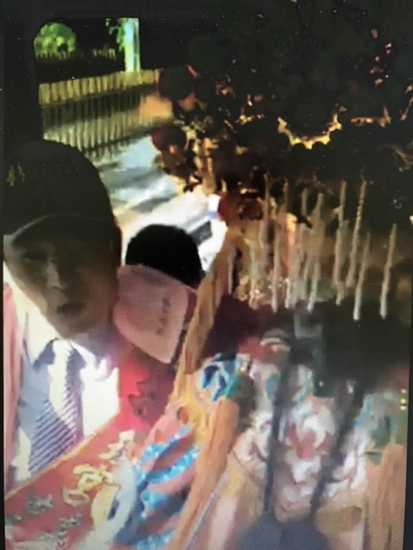 彰化市南瑤宮媽祖神尊搭台鐵電聯車,市長邱建富守護在旁,他還站著以示尊重。(記者湯世名翻攝)