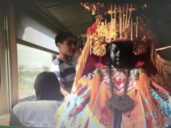 彰化市南瑤宮媽祖神尊搭台鐵電聯車,引起搭火車的上班族矚目。(記者湯世名翻攝)