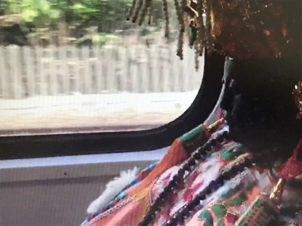 彰化市南瑤宮媽祖神尊搭台鐵電聯車赴台中市,畫面相當珍貴。(記者湯世名翻攝)