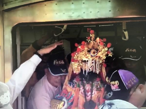 彰化市南瑤宮媽祖神尊搭台鐵電聯車,抵達台中市烏日區,由信眾迎下火車。(記者湯世名翻攝)
