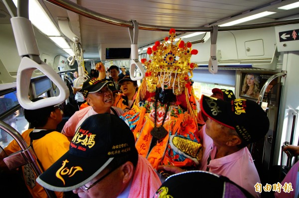 南瑤宮媽祖搭火車到烏日站候,從第五車廂下車。(記者何宗翰攝)