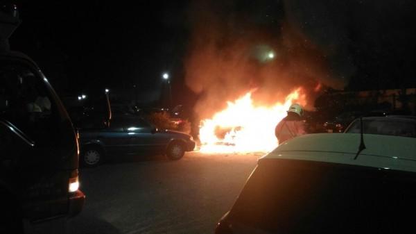 黃男的轎車疑因引擎轉速過高起火燃燒,不到5分鐘整輛車宛如大火球。(新竹市消防局提供)