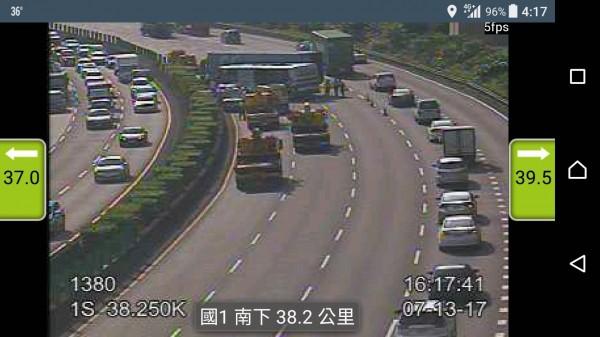 貨櫃車在國道內側車道失控打橫,造成追撞事故,目前內線2車道已封閉。(記者曾健銘翻攝)