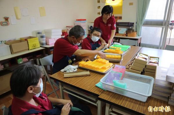 學員們仔細的為手工皂成品分類、包裝。(記者邱芷柔攝)