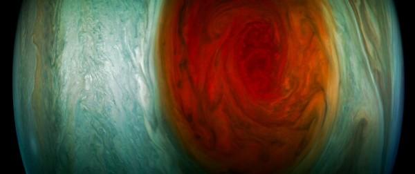 美國航太總署(NASA)的朱諾號10日晚間飛越木星「大紅斑」,拍攝到令人驚嘆的照片,這也是人類首次近距離拍攝木星的「大紅斑」。(圖擷取自NASA)