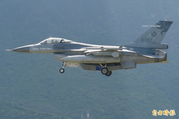 空軍花蓮基地四架F-16戰機11日滿載各型飛彈緊急起飛。(記者游太郎攝)