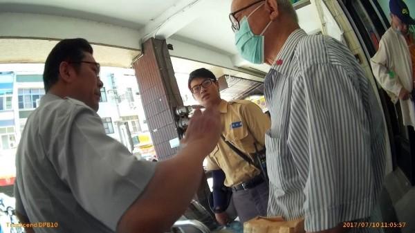 員警勸說險遭詐騙的退役上校(右)。(記者洪定宏翻攝)