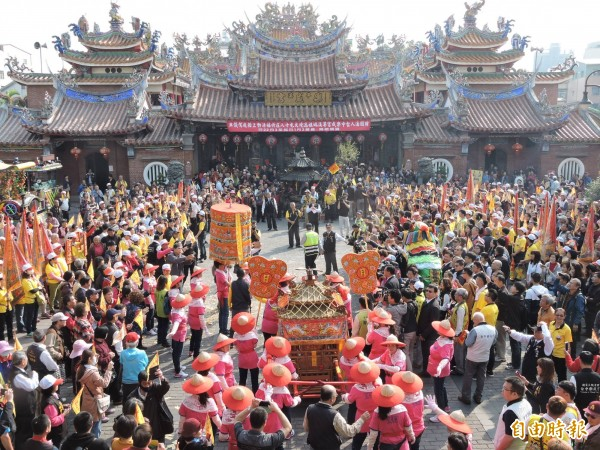 台中市百年媽祖會明天(15日)遶境,市民請提早出門或改道,圖為旱溪媽遶境情景。(記者張瑞楨攝)