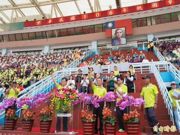 桃園市運動會賽事今天開始,副市長游建華(前排右4)、桃園市體育會理事長葉政彥(前排右3)鳴槍宣告賽事起跑。(記者陳昀攝)