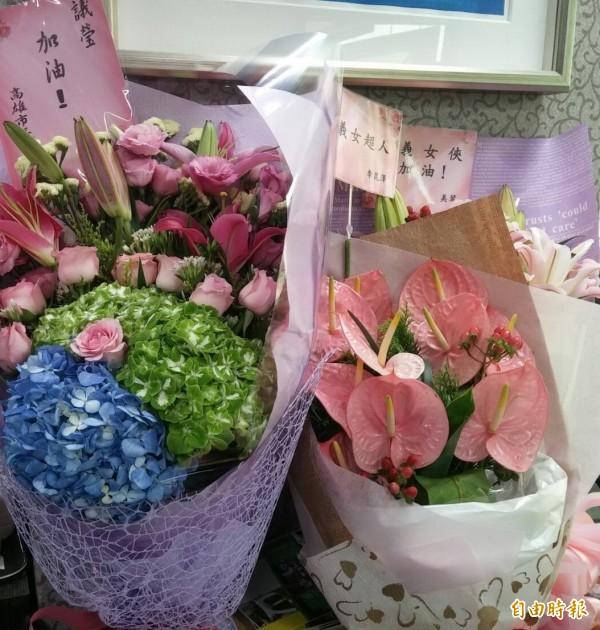 包括陳菊、李昆澤、蕭美琴、劉世芳,均送花慰問邱議瑩。(記者曾韋禎攝)