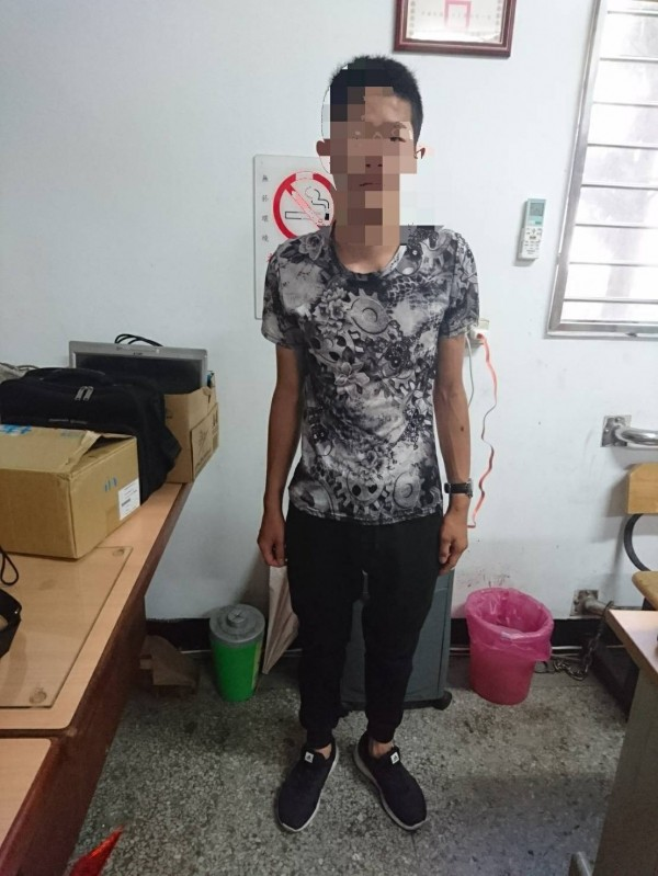 員警趕赴計程車司機通報地點,將葉姓少年逮獲。(記者彭健禮翻攝)