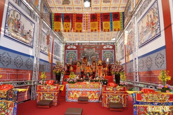 6座宮廟駐駕台灣體大行宮,隆重莊嚴,依百年前的位置順序舉辦神尊安座大典,而鹿港天后宮的位置第3排右方空下。(記者蔡淑媛攝)