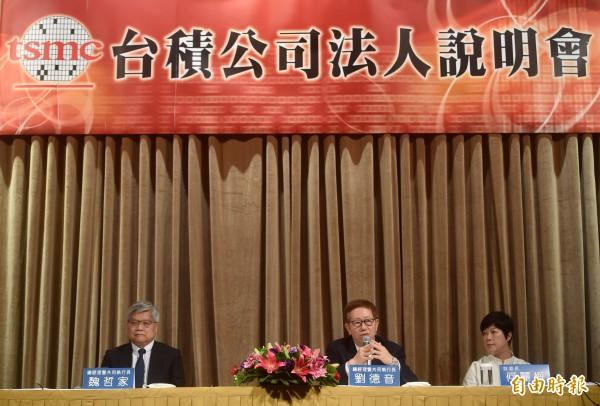 台積電昨舉行法人說明會,總經理暨共同執行長魏哲家(左起)、劉德音、財務長何麗梅出席說明。(記者簡榮豐攝)