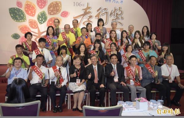 副總統陳建仁(前中)14日出席「106年全國孝行獎表揚典禮」,和得獎者合影留念。(記者黃耀徵攝)