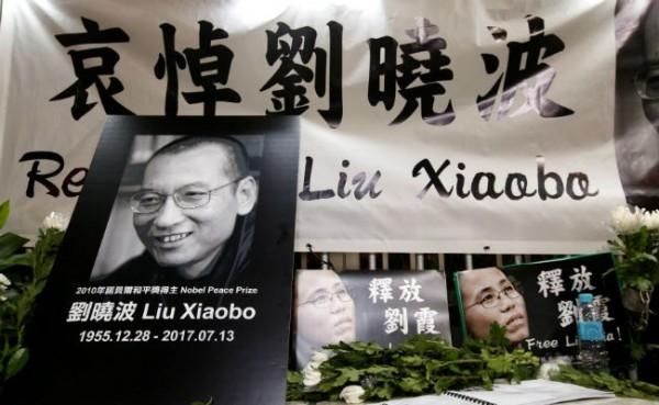 諾貝爾和平獎得主劉曉波昨病逝,大批民眾哀悼。(路透)