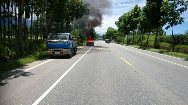 花蓮瑞穗鄉台9線舞鶴路段,今午發生一起火燒車意外,所幸熱心民眾提醒,駕駛及乘客緊急逃出。(記者王峻祺翻攝)