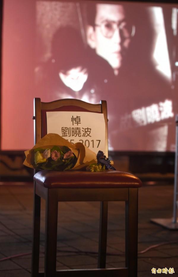 民眾於椅子上放上茉莉花,象徵永遠無法到場領獎的劉曉波。(記者方賓照攝)