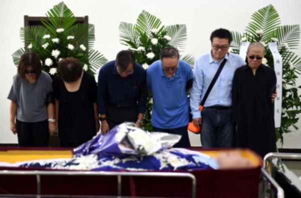 中國首位諾貝爾和平獎得主劉曉波家屬在告別式現場神色哀戚。(歐新社)