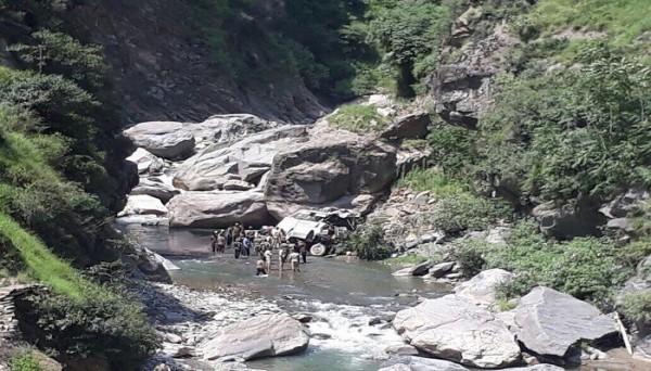 印度傳出巴士墜谷,造成16死、27傷。(圖擷自http://pragativadi.com)
