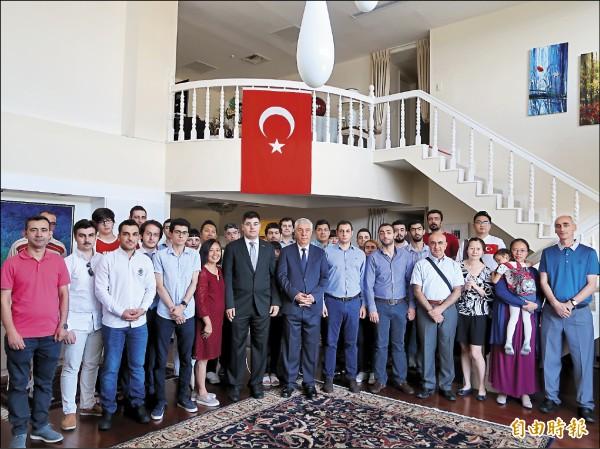 土耳其去年七月發生軍事政變,在政府鎮壓下,隔日即宣告失敗。此事件上週六滿一週年,土耳其駐台代表艾瑞康(中)在官邸舉行紀念儀式,三、四十名在台土耳其人出席。(記者呂伊萱攝)