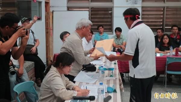 花蓮縣秀林鄉反對亞泥開採的富士村民(左)拿陳情書給監察院副院長孫大川(白髮者)。(記者王錦義攝)