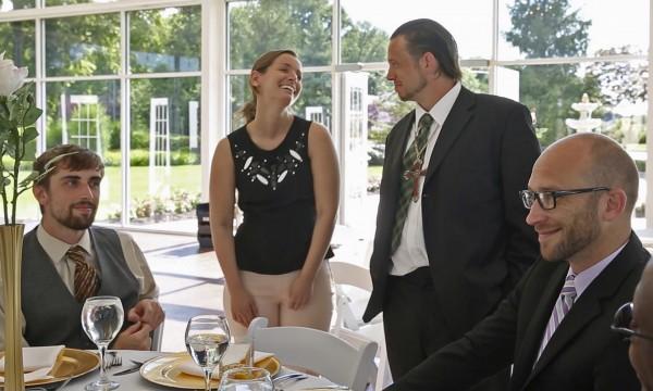 婚禮遭取消的新娘康明思(左二)改邀當地街友一起來享受晚宴。(圖擷自theguardian)