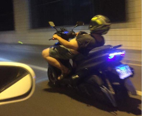 屁孩騎車姿勢很危險。(圖擷自「爆料公社」臉書社團)