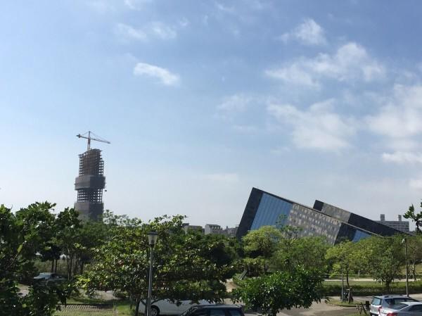 頭城鎮全縣最高建築正在興建中,但破壞當地天際線一直是個爭議議題。(資料照,孫博萮提供)