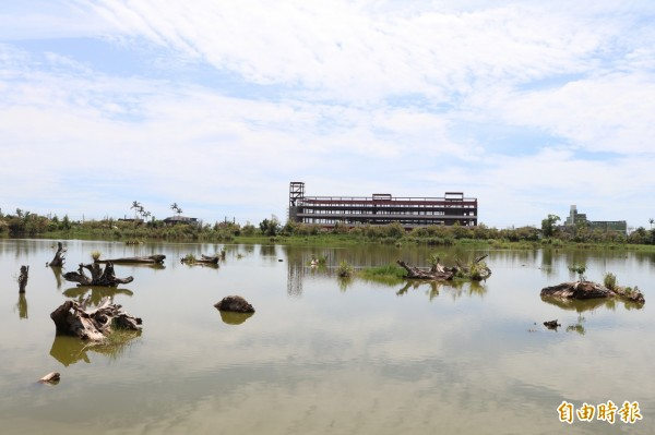 羅東林場貯木池前方建築引發破壞景觀爭議。(記者林敬倫攝)