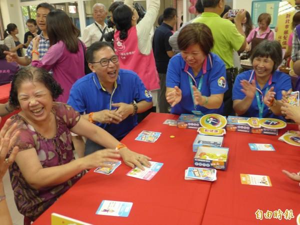 銀髮俱樂部提供團康式的陪伴,社區長輩聚在一起玩桌遊樂開懷。(記者李雅雯攝)