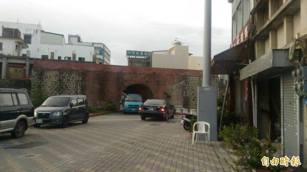西門下方的門洞,車輛出入頻繁。(記者陳彥廷攝)