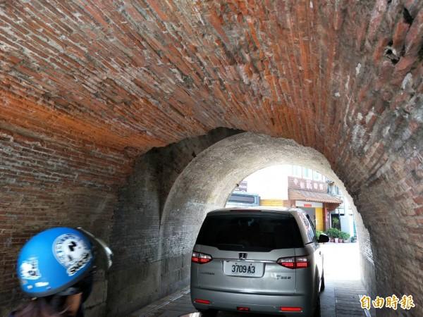 西門下方的門洞,車輛出入頻繁,舊城門磚遭貨車「卡門」。(記者陳彥廷攝)
