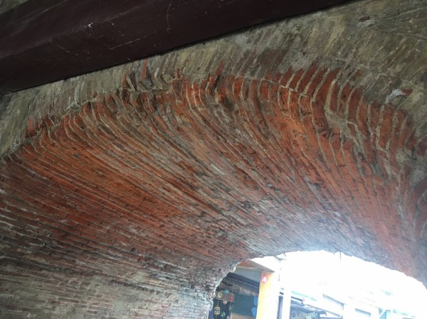 貨車卡西門,造成門洞受損。(警方提供)