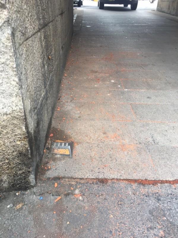 貨車卡西門,造成門洞受損,圖為遭撞所落下磚屑。(警方提供)
