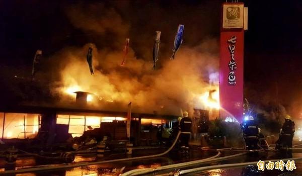 花蓮七星柴魚博物館今天凌晨發生大火,火勢相當驚人。(記者王峻祺攝)
