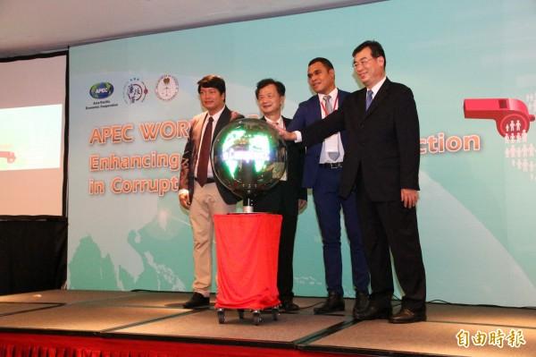 法務部長邱太三(左二)、廉政署長賴哲雄(右一),與越南代表(左一)、巴紐代表(右二)共同揭開工作坊序幕。(記者謝君臨攝)